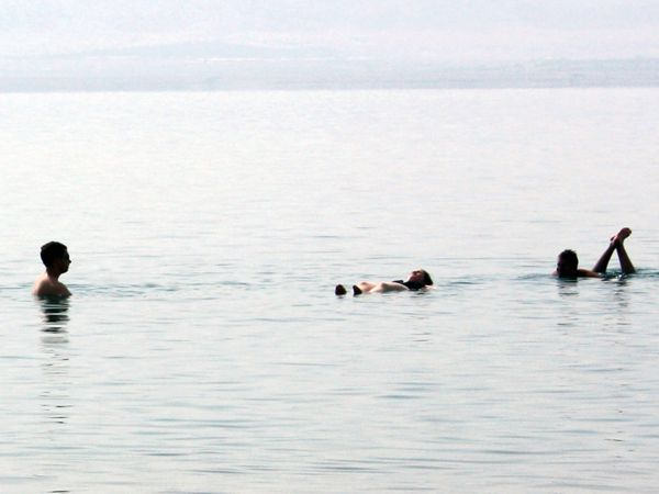 Touristes se baignant dans la Mer Morte - Kaye LaFond / Circle of Bluee